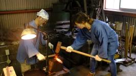 Blacksmithing making knives traditional knife making in Japan (1)