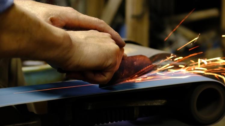 Blacksmithing making knives traditional knife making in Japan (4)